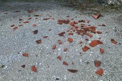 Tuiles tombées du toit pendant la tempête