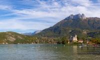 Château de Duingt et la Tournette (panoramique 6 photos) - Canon EOS 5D Mark III - EF 50 mm f/1,4 USM - ISO 100 - f/11 - 1/400 s