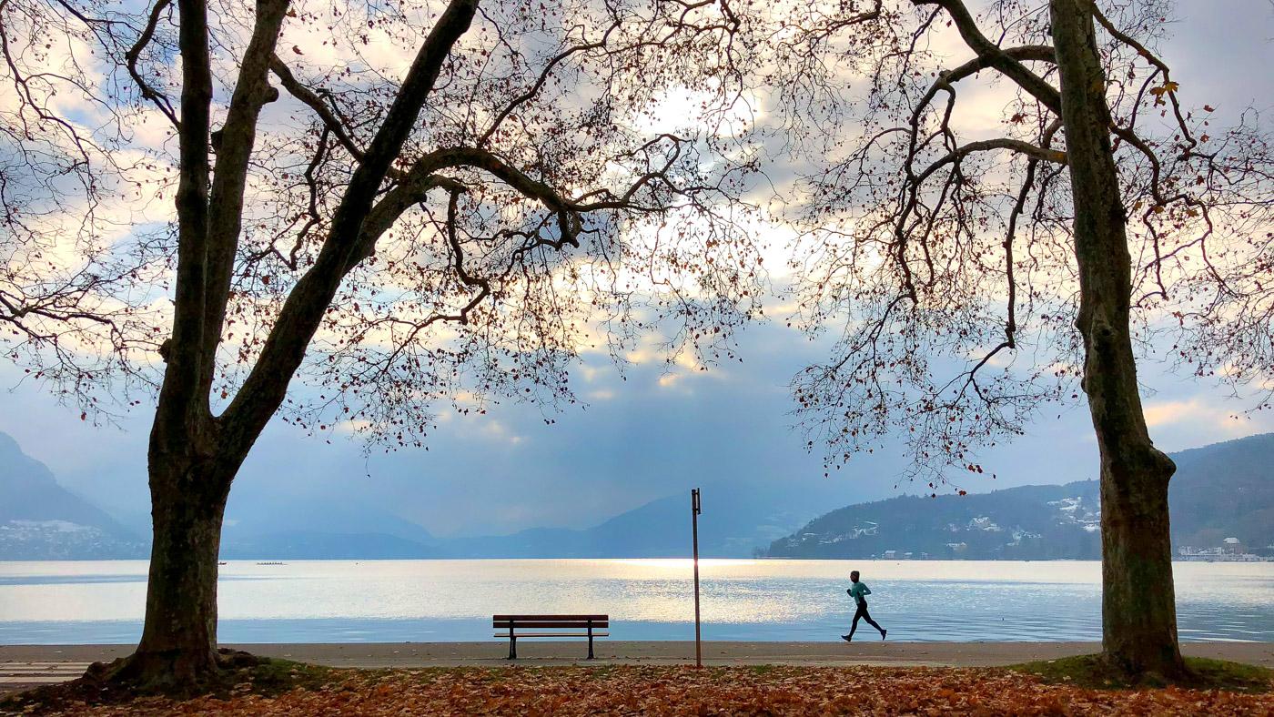 Jogging au bord du lac d'Annecy