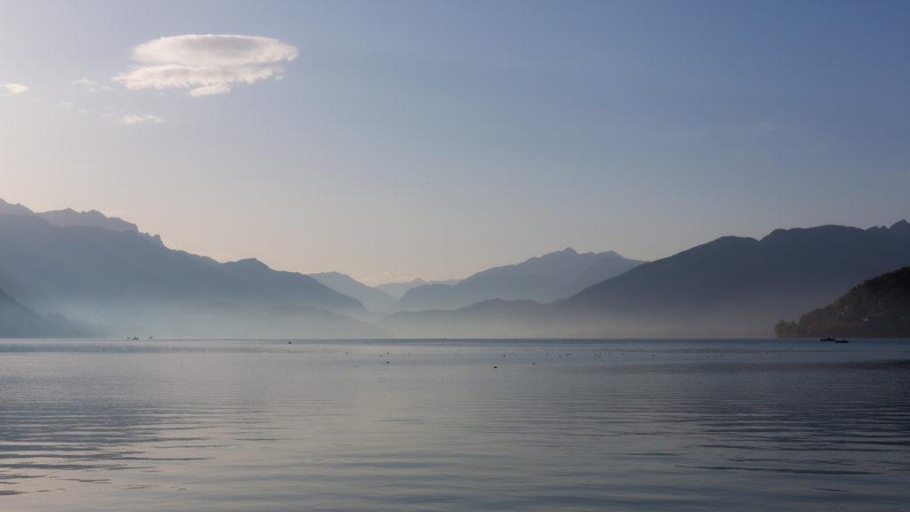 Le lac d'Annecy au lever du jour