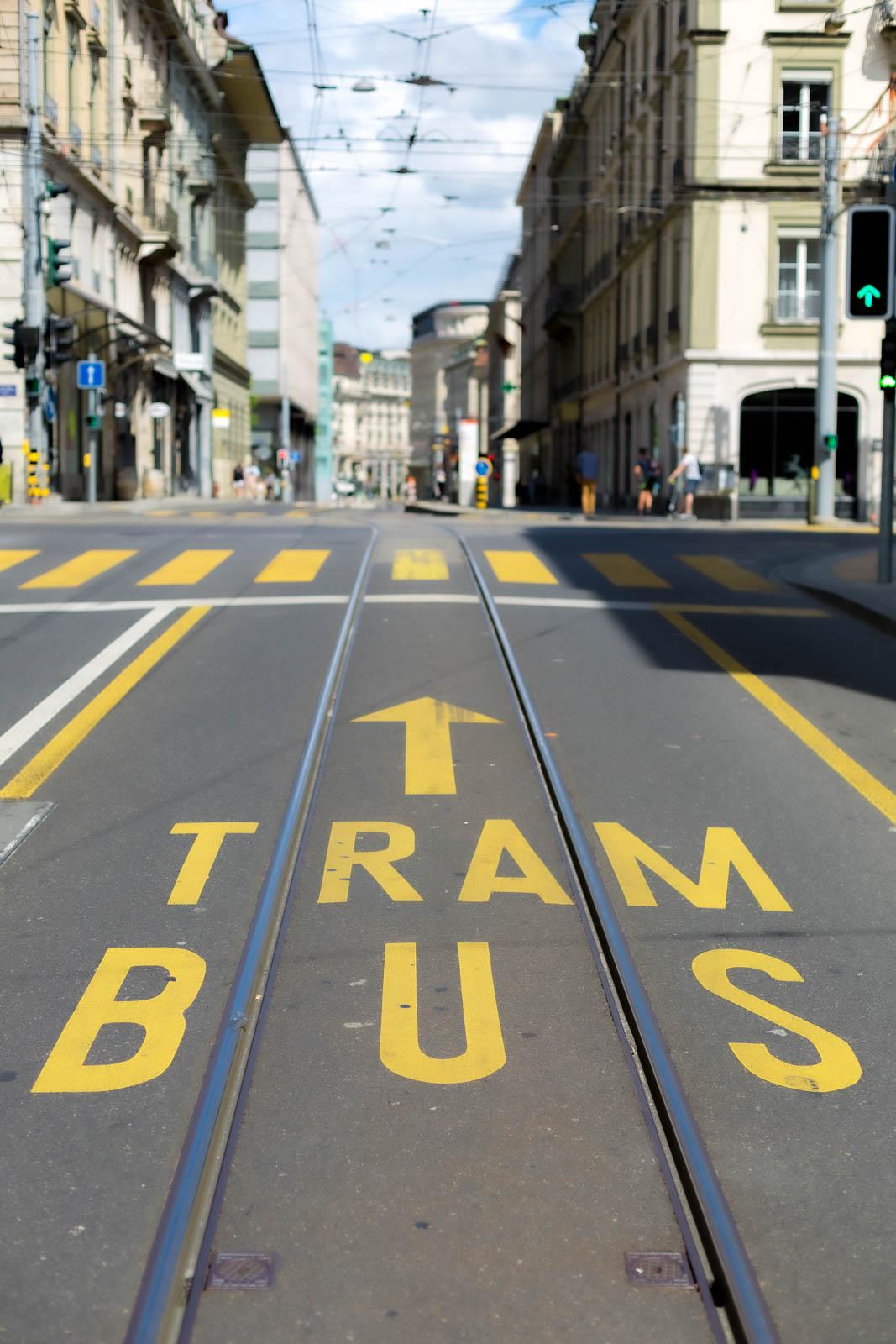 Ligne de tramway dans les rues de Genève