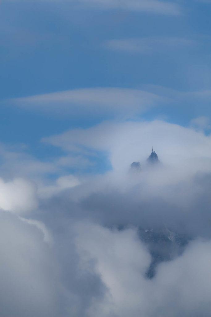 L'aiguille du Midi dans les nuages