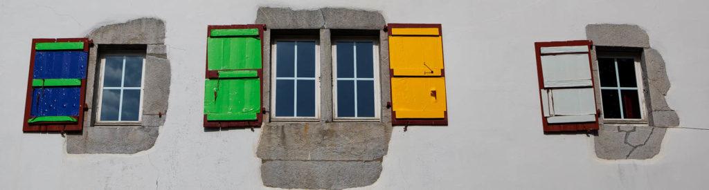 Projet 52 - Volets colorés dans un village du pays Basque