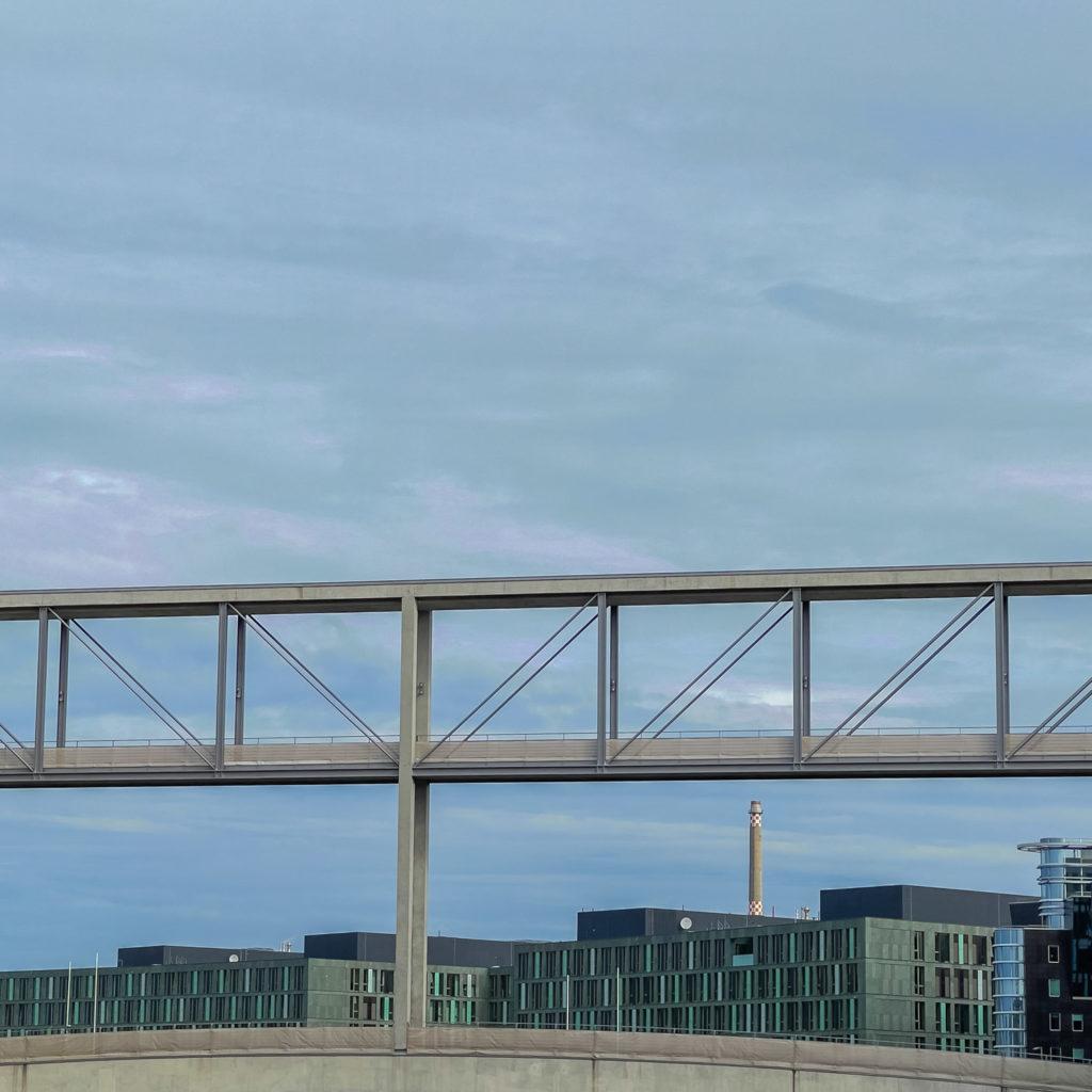 Immeuble, pont et cheminée d'usine à Berlin