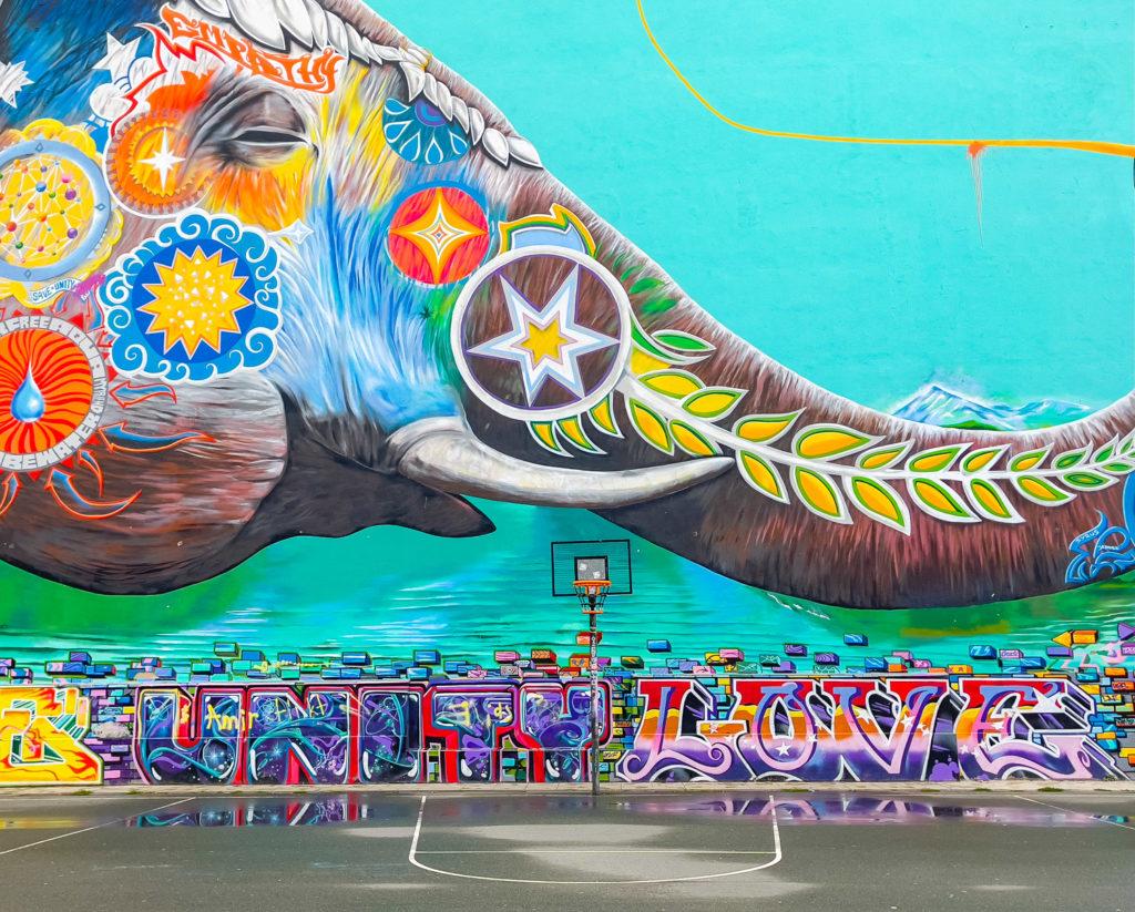 Elephant coloré peint sur le mur d'un immeuble
