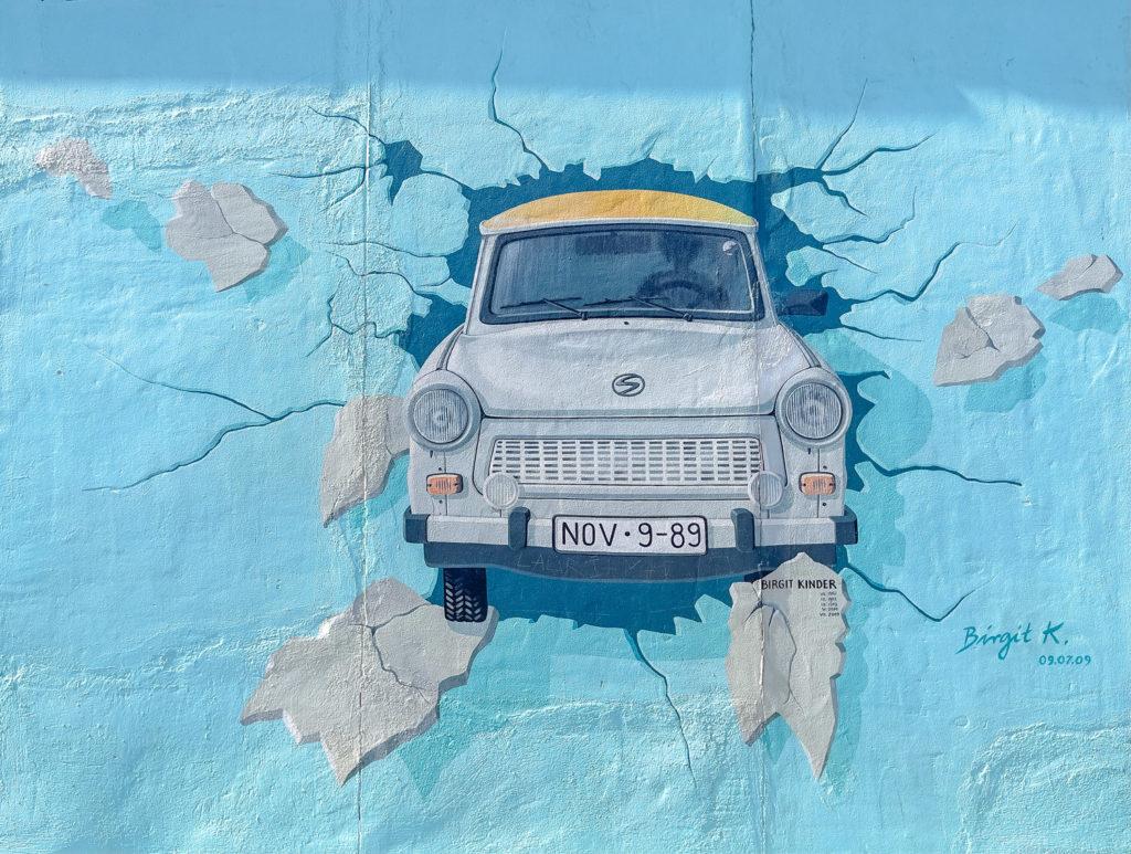 Traban peinte sur le mur de Berlin