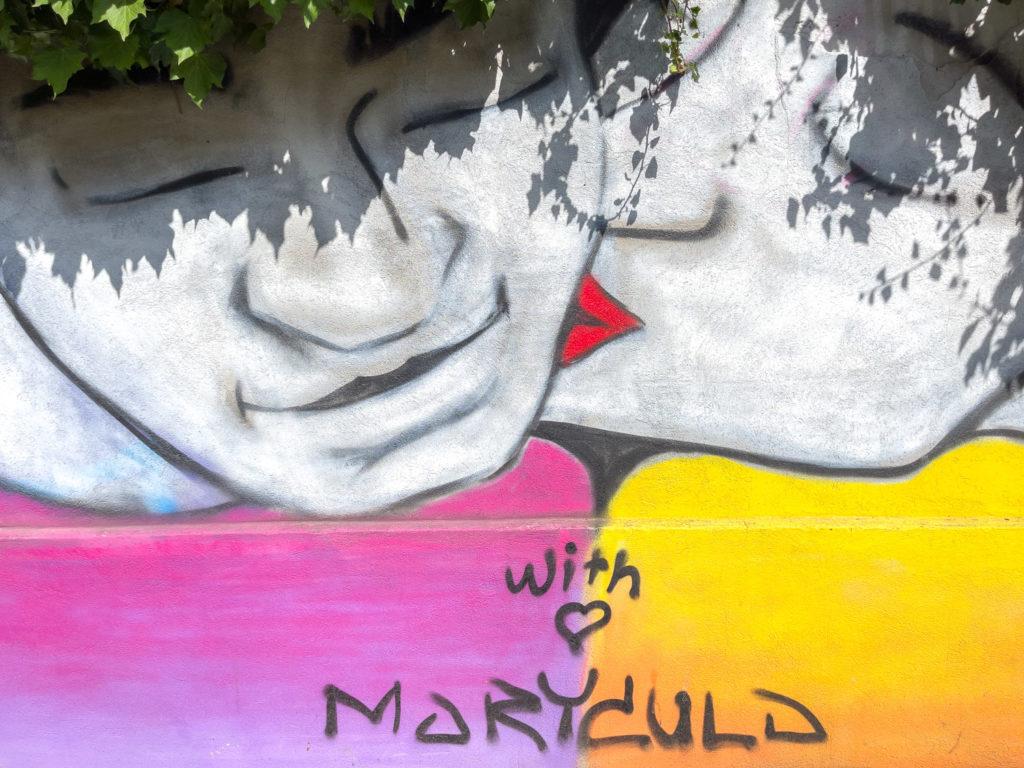 Visages sur un mur de Berlin